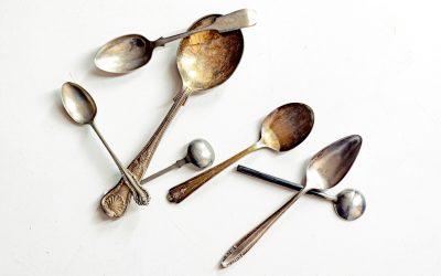 Silberschmuck reinigen: 3 Methoden, die funktionieren